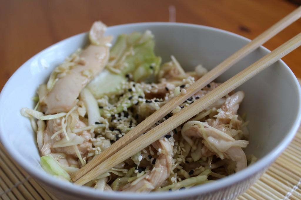 """Salade de chou """"Japinoise"""" au poulet et aux 2 sésames"""